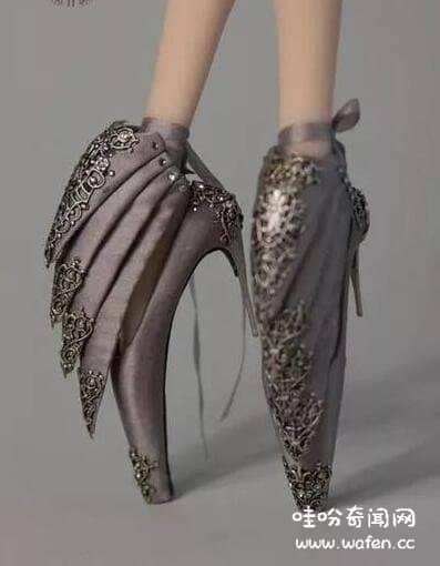 世界上最奇葩的高跟鞋火焰高跟鞋VS滑轮高跟鞋谁更奇葩